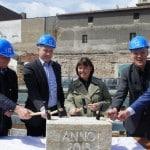 Zur Grundsteinlegung des Palais Karmeliten im Februar 2014 schaute auch  Joachim Wolbergs, damals noch Bürgermeister, beim Immobilien Zentrum vorbei. Foto: Immobilien Zentrum