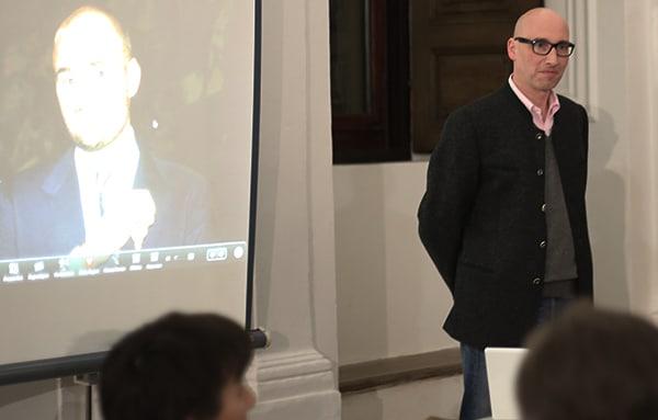 """Dr. Peter Styra, der Hofbibliothekar des Fürstenhauses, und sein """"Chef"""" Albert (links, Projektion). Fotos: Liese"""