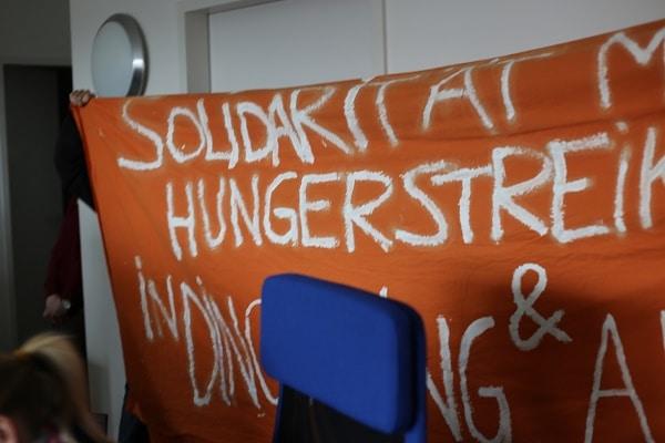 Vertreter des Flüchtlingsstreiks nutzten die Medienpräsenz bei der Pressekonferenz.