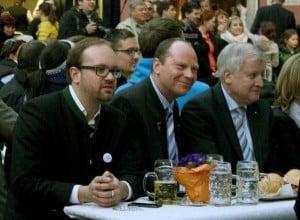 Feiert gern mit den Reichen und Schönen: Peter Kittel zwischen JU-Chef Michael Lehner und Ministerpräsident Horst Seehofer. Foto: Archiv/ Baumgärtner