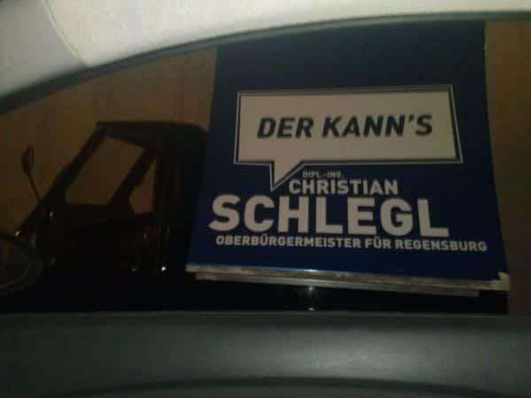 """""""SCHREI MICH NICHT SO AN, ICH WÄHL DICH JA SCHON!!!"""" - Christian Schlegls wenig dezentes Wahl-Mobil. (Foto: hb)"""