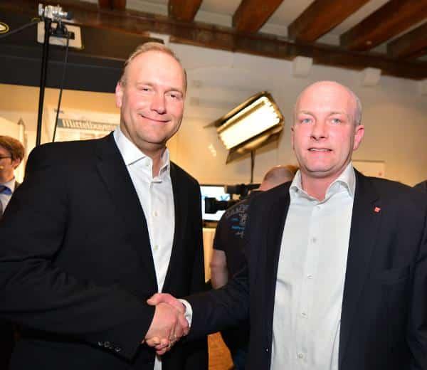 Wegen 18 Stimmen treten sie in 14 Tagen erneut gegeneinander an: Christian Schlegl und Joachim Wolbergs. Foto: Staudinger