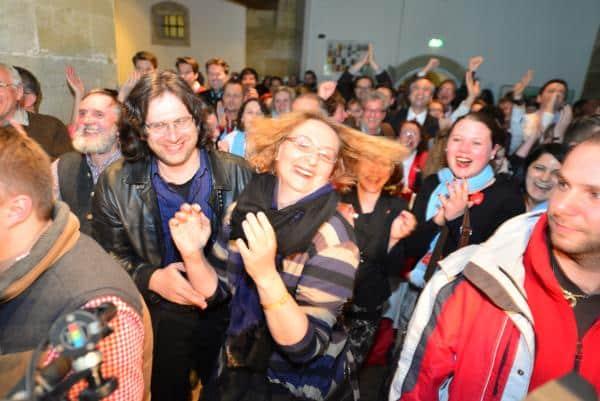 Erste Hochrechnungen trudeln ein: Jubel unter den SPD-Anhängern. Foto: Staudinger