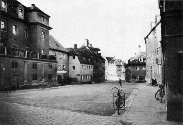 Blick nach Norden über die Donau auf den historischen Hunnenplatz. 1966 waren alkle Gebäude mit Ausnahme der Nummer abgebrochen worden. Foto: Foto: Edition Bunte Hunde