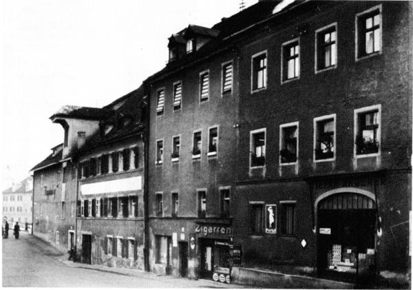 Abgebrochen: Die Gebäude am östlichen Georgenplatz. Blick nach Norden über die Donau auf die Eiserne Brücke.  Foto: Edition Bunte Hunde