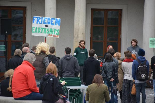 Die Anfänge der Friedensmahnwachen in Regensburg. Foto: Archiv