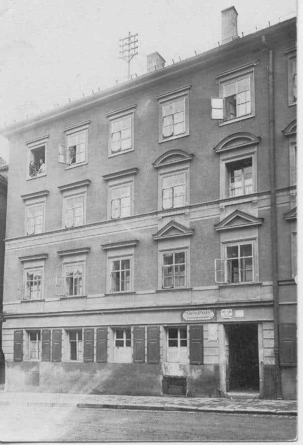 Der Hunnenplatz 5 kurz nach dem Wiederaufbau. Der Stuck wurde später abgscvhlagen. Foto: privat