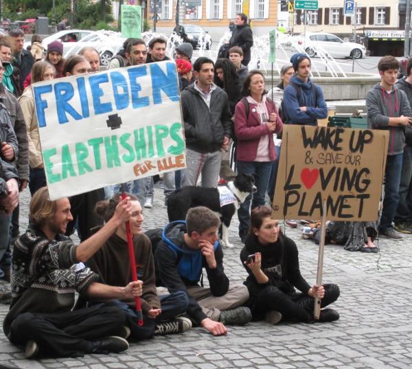 """Montag, 18 Uhr, Bismarckplatz: """"Frieden und Earthships für alle."""""""
