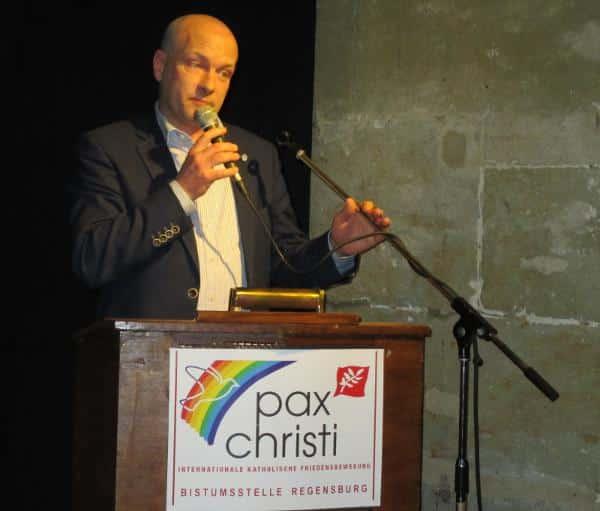 """""""Das ist nun mal die Rechtslage, an die wir uns zu halten haben"""", sagt Joachim Wolbergs (hier bei der Verleihung des pax christi-Preises für Zivilcourage an Flüchtlingsaktivisten)."""