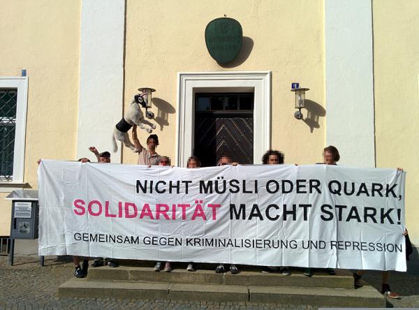 Vor dem Amtsgericht Amberg: Unterstützer des angeklagten Regensburgers bekundeten ihre Unterstützung.