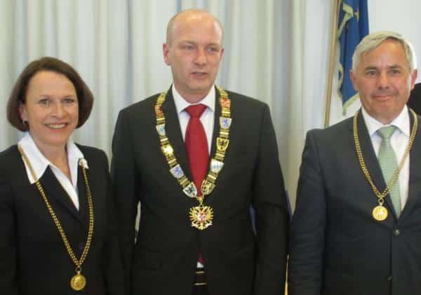 Die neue Stadtspitze: Gertrud Maltz-Schwarzfischer und Jürgen Huber rahmen OB Wolbergs ein. Foto: as