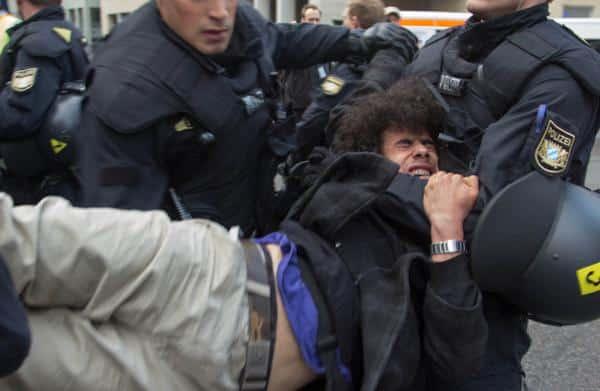 Anwendung eines schulmäßigen Polizeigriffs oder nicht? Festnahme von Hedayatzadeh am Münchner Rindermarkt Juni 2013.