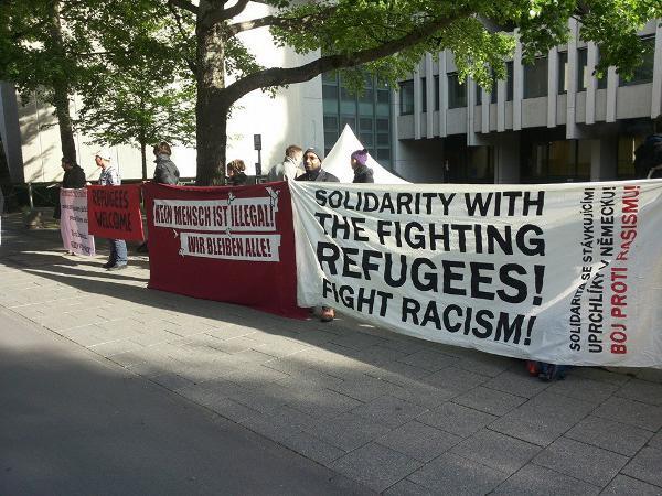 Protest vor dem Gerichtsgebäude: Gegen einen der Hungerstreikenden wird seit Montag in München verhandelt.