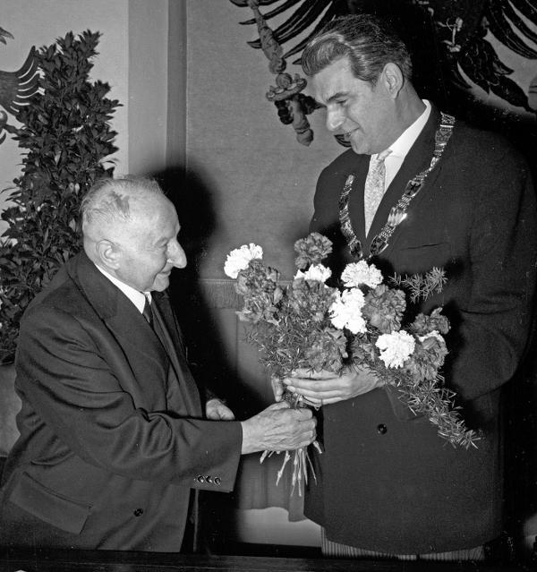 1962: OB Rudolf Schlichtinger (re.) verleiht die Silberne Bürgermedaille an Josef Engert. Foto: Fotostelle Stadt Regensburg