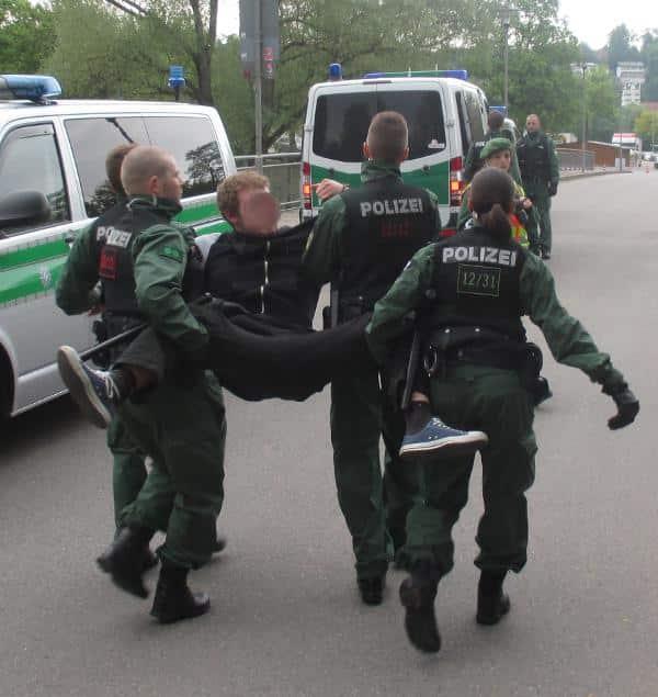 Räumung der Sitzblockade am Pfaffensteinsteg. 54 Demonstranten wurden wegen Nötigung vorläufig festgenommen. Foto: as