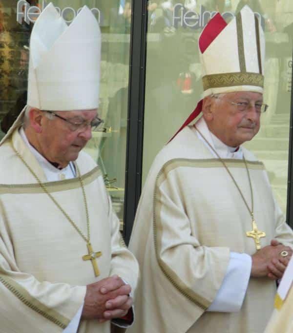 Wohlwollend begrüßte Bischöfe emeritus: Wilhelm Schraml und Walter Mixa.