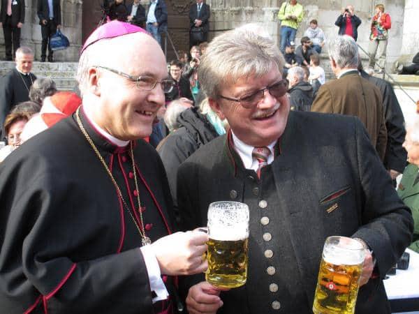 Posieren fürs Werbefoto: Bischof Voderholzer und Brauereidirektor Goß.