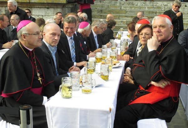 VIP-Loge für Müller (vorne rechts) und seine Gäste. Von Demut keine Spur.