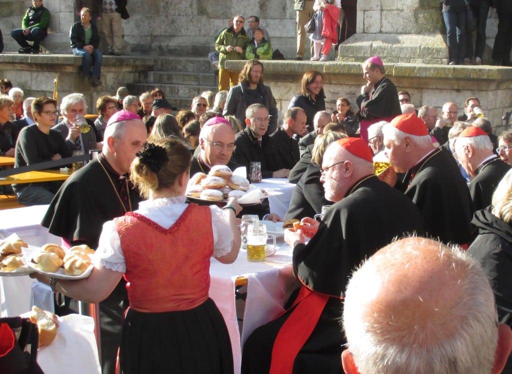 Bier trinken. Bratwurst essen. Dankbar sein. Die katholische Prominenz macht Party.