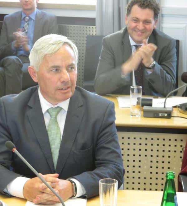 Die Grünen bekommen mit Jürgen Huber einen Bürgermeister und ein eigenes Umweltreferat, im Gegenzug treten sie Aufsichtsratsposten an die FDP (im Hintergrund Fraktionschef Horst Meierhofer) ab.