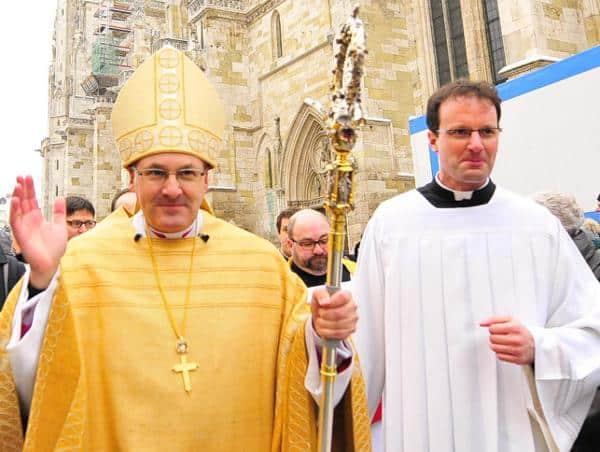 Nicht nahbar für die BiMaMü-Eltern. Bischof Voderholzer schickte Kaplan Michael Dreßel (re.). Foto: Archiv/ Staudinger