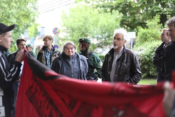 """""""Linksfaschisten."""" Diskussion nach der AfD-Veranstaltung.  Foto: ld"""