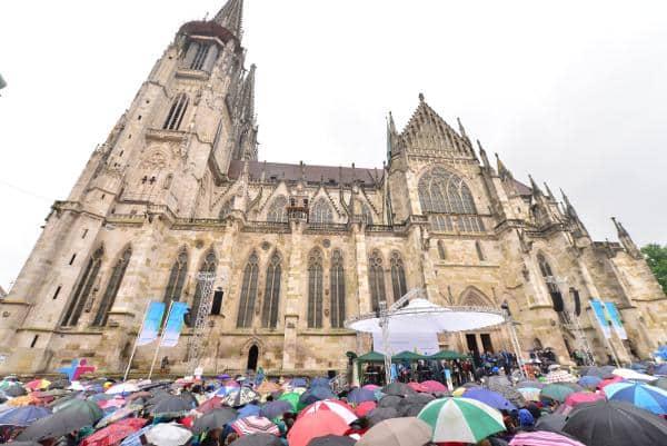 Nasskaltes Wetter trübte die Eröffnung. Foto: Staudinger