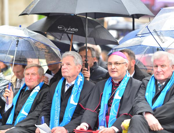 """""""Event, der alle zu einer großen Feier unter einen Hut bringt."""" Bischof Rudolf Voderholzer (eingerahmt von ZdK-Präsident Alois Glück, Joachim Gauck und Horst Seehofer). Foto: Staudinger"""