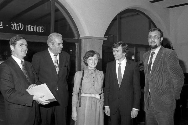 1979: Oberbürgermeister Friedrich Viehbacher verleiht zum ersten Mal den Josef-Engert-Preis. Foto: Fotostelle Stadt Regensburg