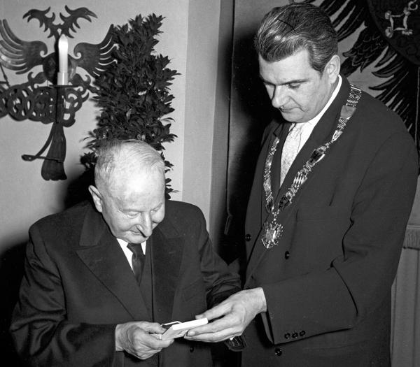 1962 SPD-Oberbürgermeister Rudolf Schlichtinger verleiht Josef Engert die Silberne Bürgermedaille. Foto: Fotostelle Stadt Regensburg