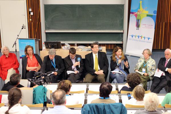 Eine Podium mit einer Meinung: Abtreibungsgegner, Neurechte und Homophobe an der Uni Regensburg.