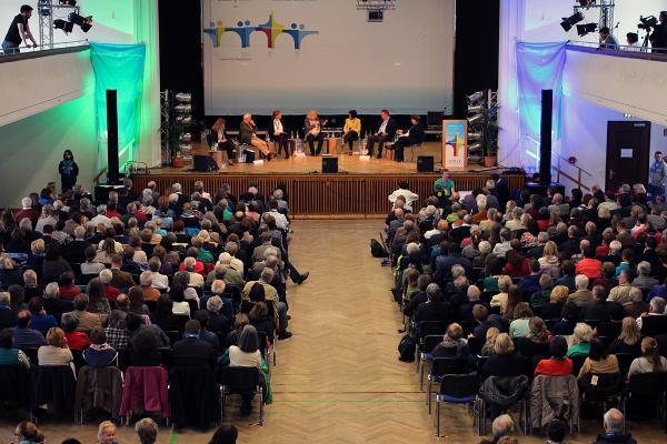 Mehr als 600 Besucher wollten die Diskussion hören. Bischof Voderholzer kam nicht.