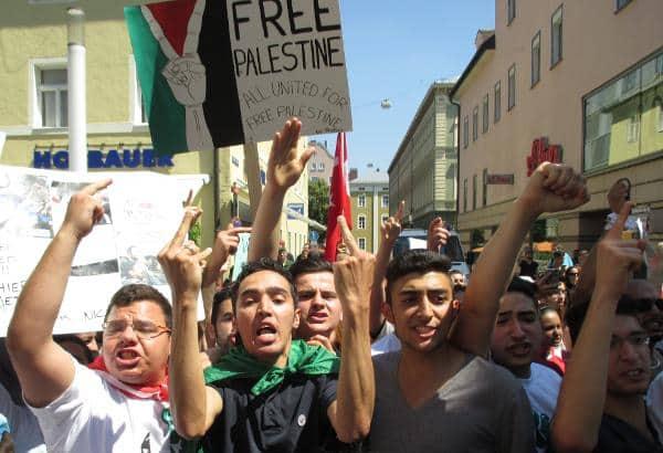 Aggressive Stimmung bei der Friedensdemo: Gegen Ende gingen Teilnehmer aufeinander los. Foto: as