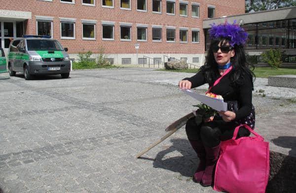 Vergebliches Warten vor dem Landgericht. Nina Hagen und Ilona Haslbauer trafen sich auch am Dienstag nicht persönlich. Fotos: as