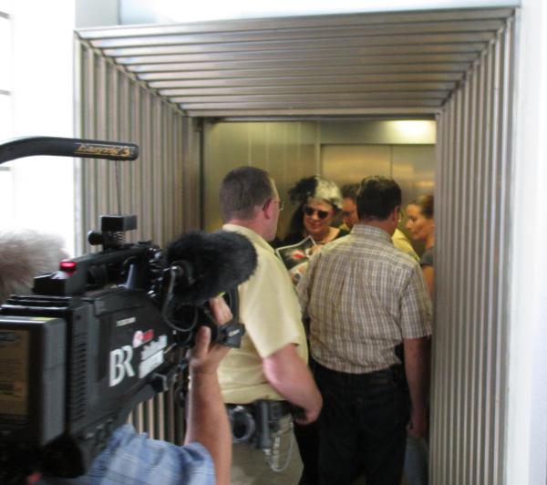 Nach der Anhörung sofort in den Aufzug: ilona Haslbauer wird zur Tiefgarage gebracht.