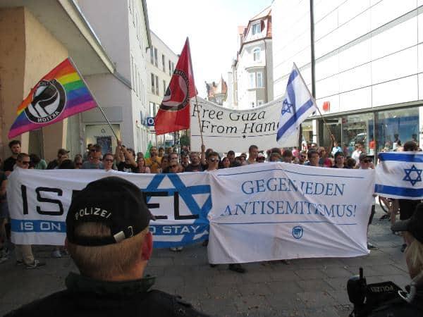 Von der Polizei abgeschirmt: Die Gegenkundgebung mit rund 50 Teilnehmern.