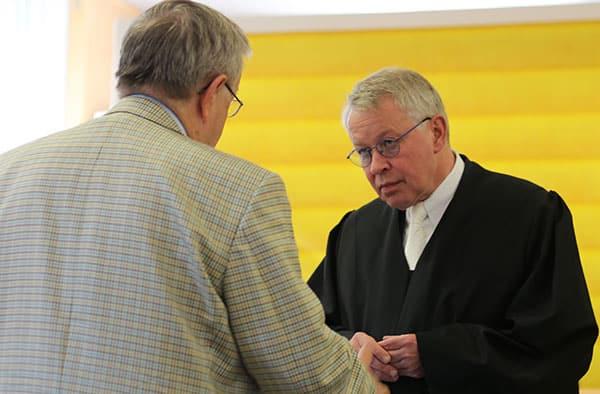 Sieht seinen Mandanten auf der Siegerstraße: Rechtsanwalt Gerhard Strate (re.) im Gespräch mit Wolfgang Eisenmenger. Foto: ld