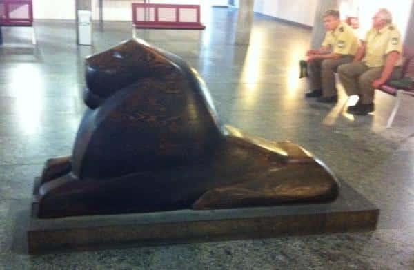 Wo der bayerische Löwe wacht, ist die Welt noch in Ordnung: der Wartebereich im Landshuter Gerichtsgebäude. Fotos: as