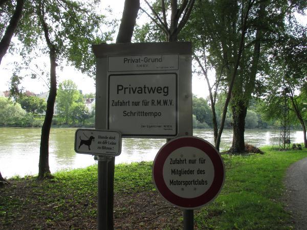 """Schilderwald am Donauufer. """"Die Behörden wollten, dass wir das aufstellen"""", sagt Antes."""