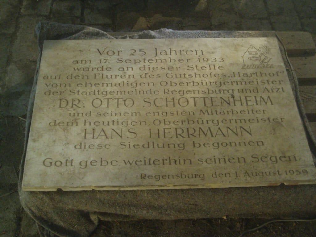 Die 1959 in der Konradsiedlung angebrachte Tafel für Herrmann und Schottenheim im Depot des Historischen Museums. Foto: privat