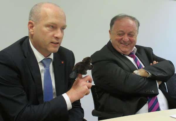 Man flauscht sich bei der SPD: Selbst ein kurzer Clinch zwischen OB Wolbergs und Fraktionschef Hartl mündet in ein Plüschtier. Foto: as