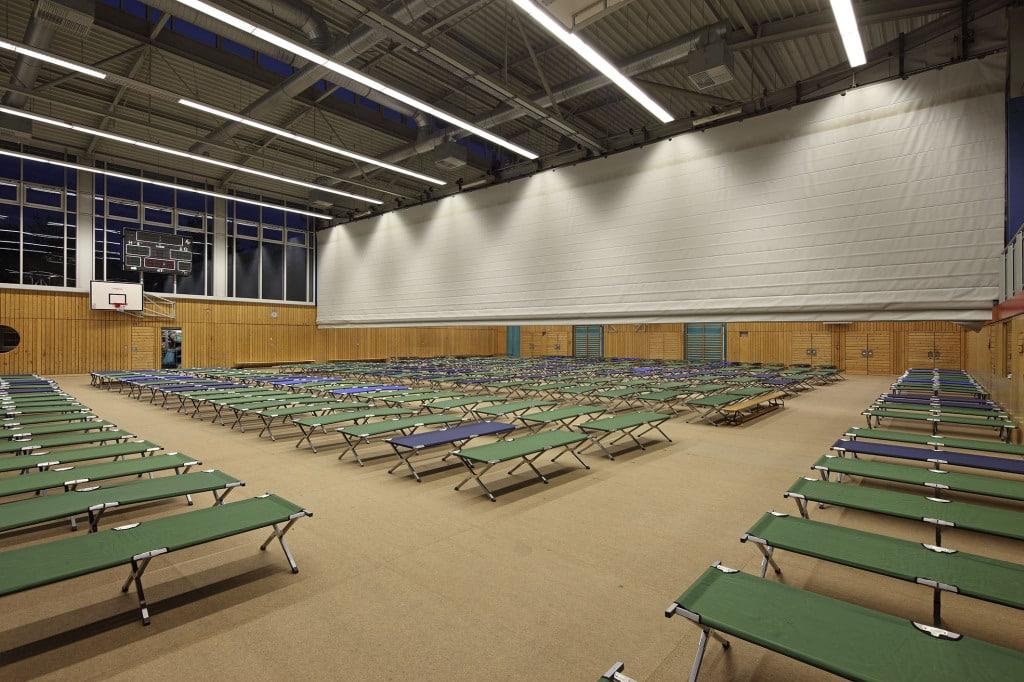 Durch Trennwände besteht die Möglichkeit, kleinere, private Bereiche in der Turnhalle abzutrennen. Foto: Stadt Regensburg.