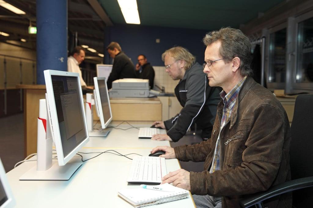 Die Flüchtlinge, die für rund eine Woche in der Turnhalle untergebracht werden, werden auch registriert. Foto: Stadt Regensburg.