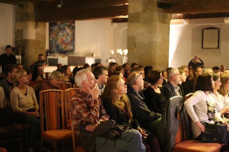 Die Zuschauer im Leeren Beutel genossen ein lebendiges Konzert gespickt mit Anekdoten.