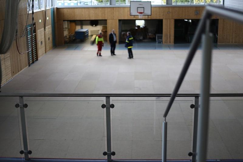 In der Turnhalle der Clermont-Ferrand-Schule werden ab morgen bis zu 200 Flüchtlinge vorübergehend aufgenommen. Fotos: ld.
