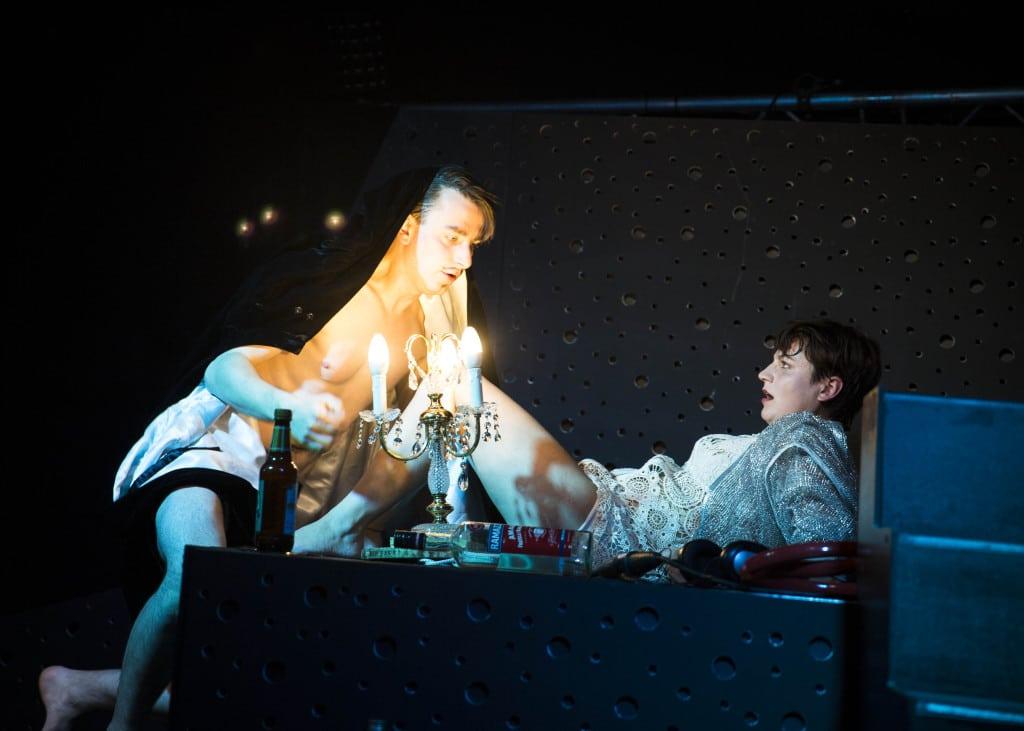 Im Jugendtheaterstück DOING IT wird Sex thematisiert, ohne belehrend zu sein. Fotos: Theater Regensburg / Sarah Rubensdörffer.