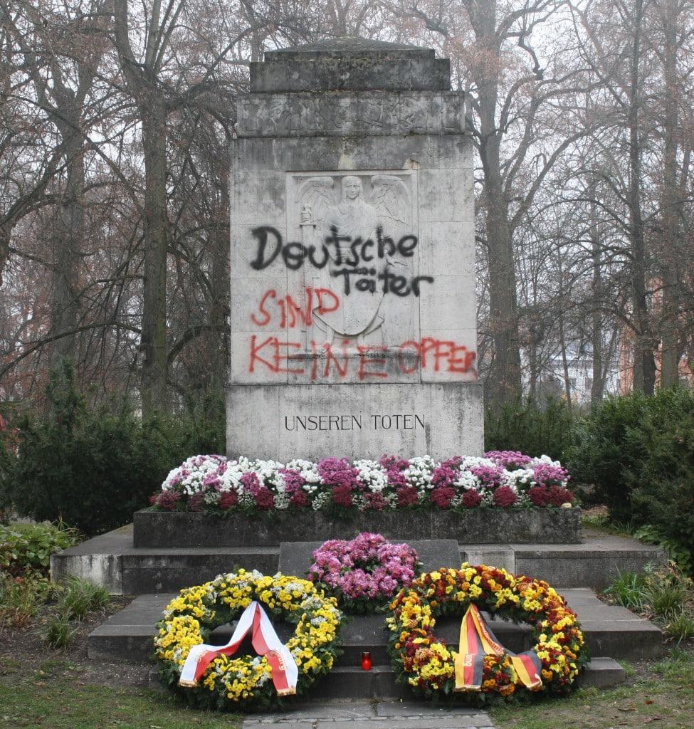 2012: Das Kriegerdenkmal wurde von Unbekannten beschmiert. Foto: Archiv