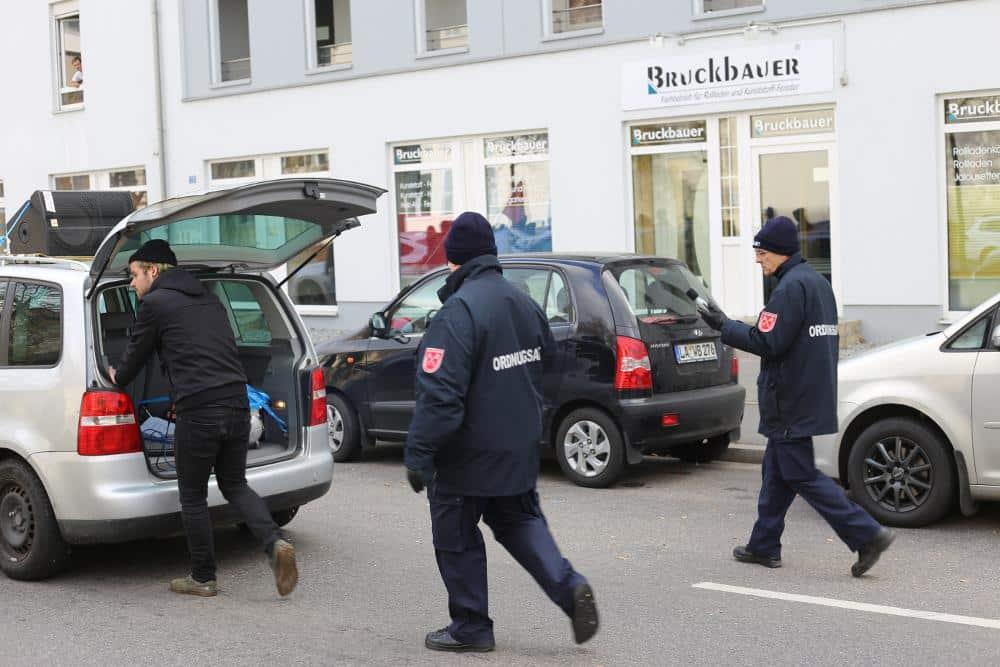 Beamte vom städtischen Ordnungsdienst mussten den Lautsprecherwagen der Demo die ganze Strecke über begleiten. Fotos: ld/ as