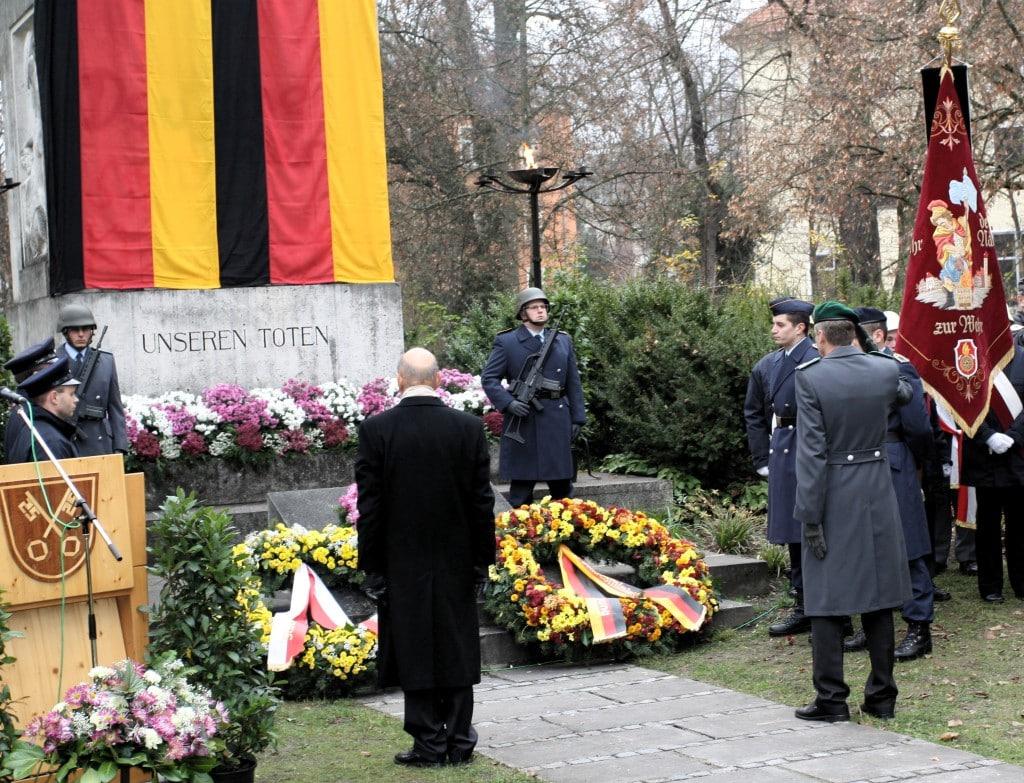 2012: Volkstrauertag mit OB Hans Schaidinger, heuer spricht zum ersten Mal der neue OB. Foto: Archiv