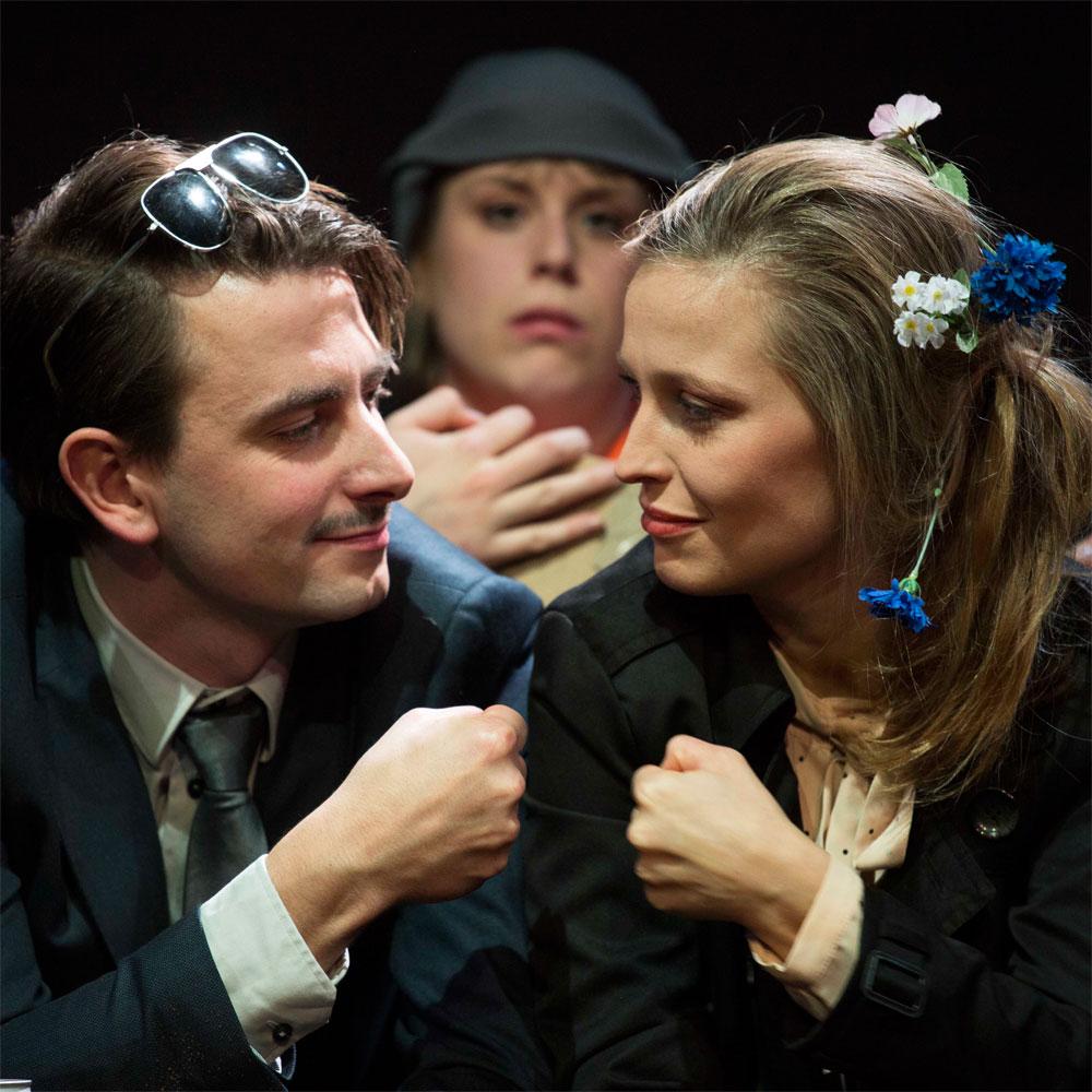 ...nicht nur eine Wahrheit, sondern so viele, wie die Familie Mitglieder hat. Fotos: Theater Regensburg